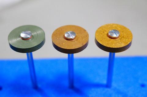 18φ #3000.#6000.#10000   リューター、ルーター、研磨用レジン焼結ダイヤモンド砥石(湿式用) 外形18mmタイプ #3000.#6000.#10000 外形18mm 厚み3mm 穴経1.7mm マンドリル3本付 軸径3mm , ネジ径1.7