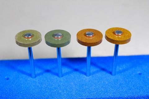 18φ  #2000--#10000  リューター、ルーター、研磨用レジン焼結ダイヤモンド砥石(湿式用) 外形18mmタイプ #2000.#3000.#6000.#10000. 外形18mm 厚み3mm 穴経1.7mm マンドリル4本付 軸径2.35mm , ネジ径1.7