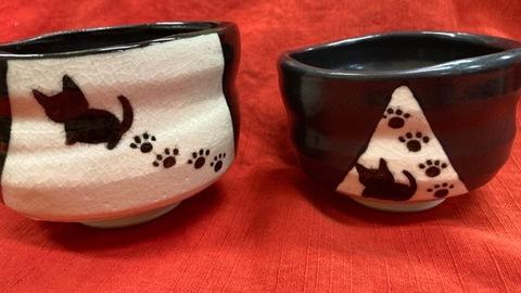 青峰堂オリジナル「猫の抹茶碗〜猫とあしあと〜」【黒織部風】