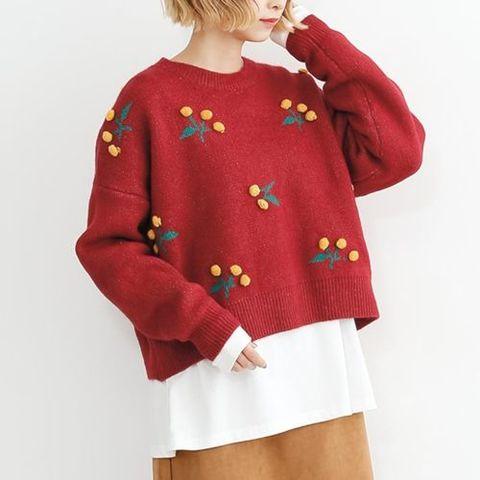 黄色い木の実の真っ赤なセーター