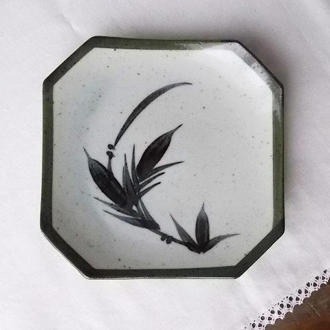 深緑梨地手書き笹の葉柄四角隅切皿